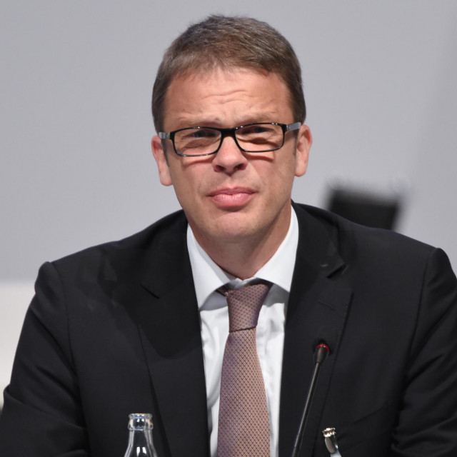 Šef Deutsche Banka Christian Sewing morao je zbog izostanka opipljivih rezultata odustati od protivljenja spajanju s Commerzbankom